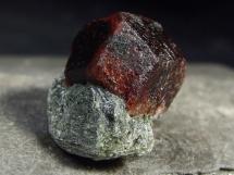 Granat almandyn na skale z Tyrolu