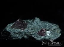 Kryształy magnetytu w skale